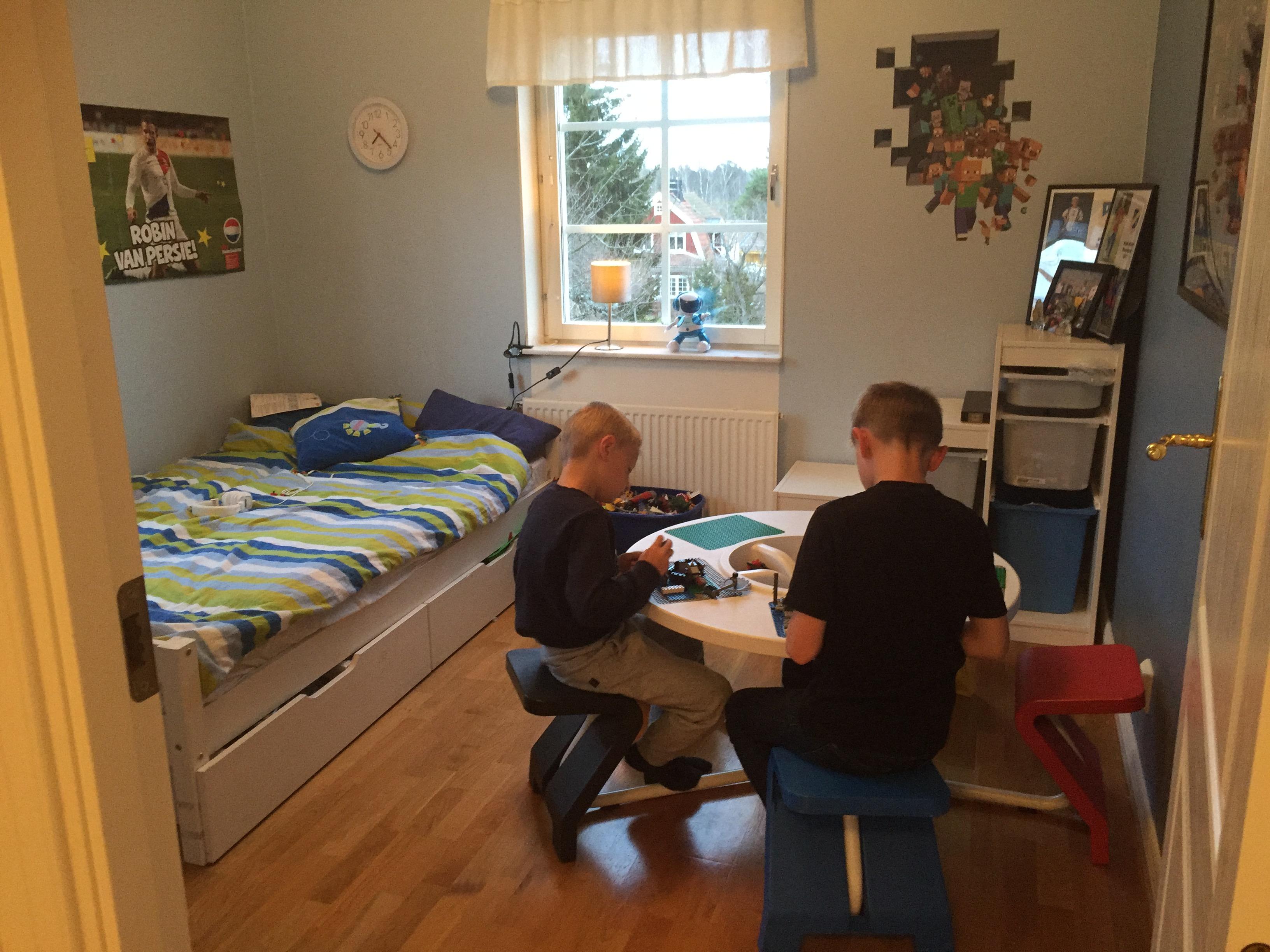 Nu får även kompisar plats och vi slipper ha allt Lego på golvet.