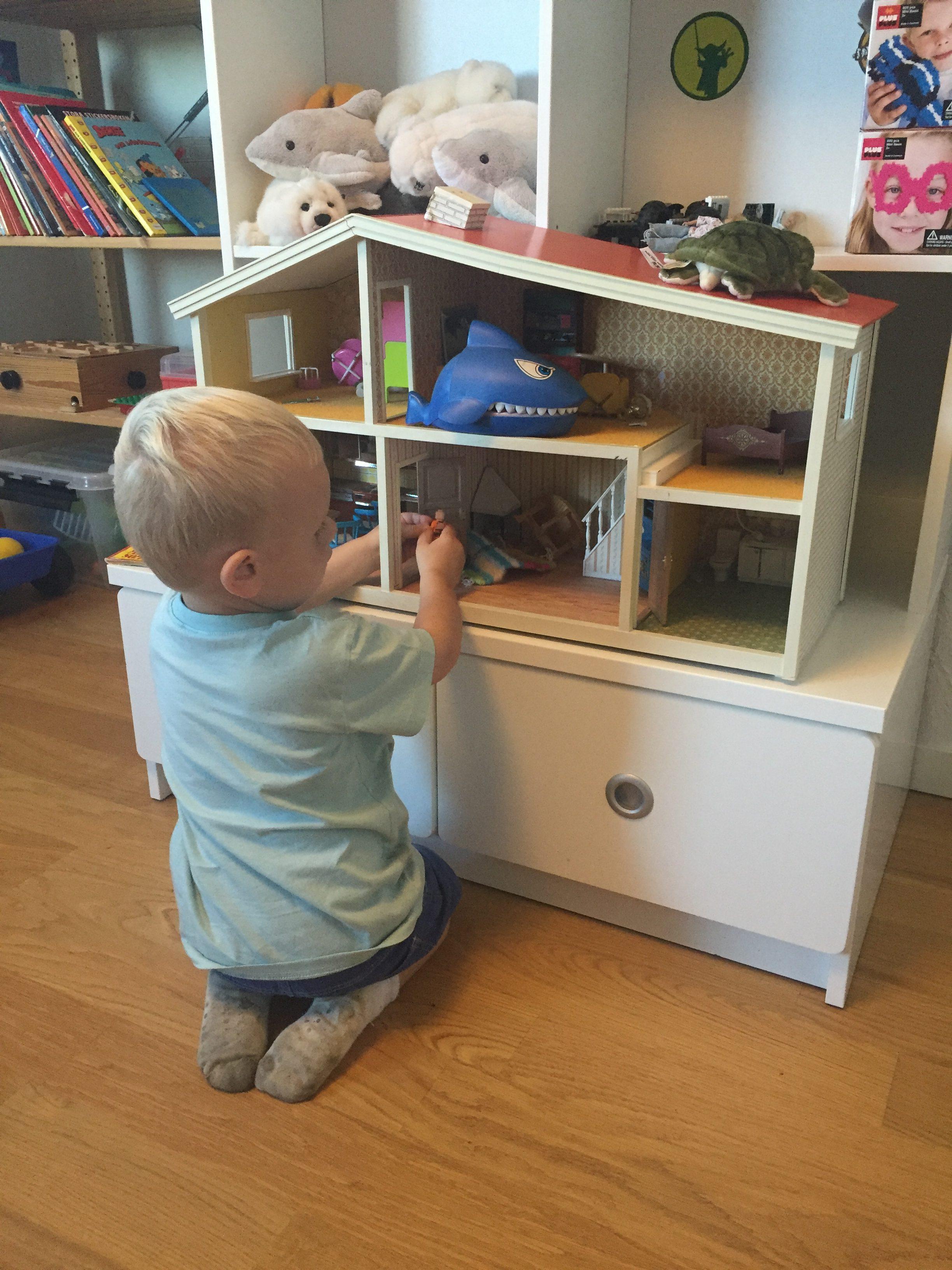 Kevin älskar att leka med mitt gamla dockskåp som står i lekrummet hos mina föräldrar.