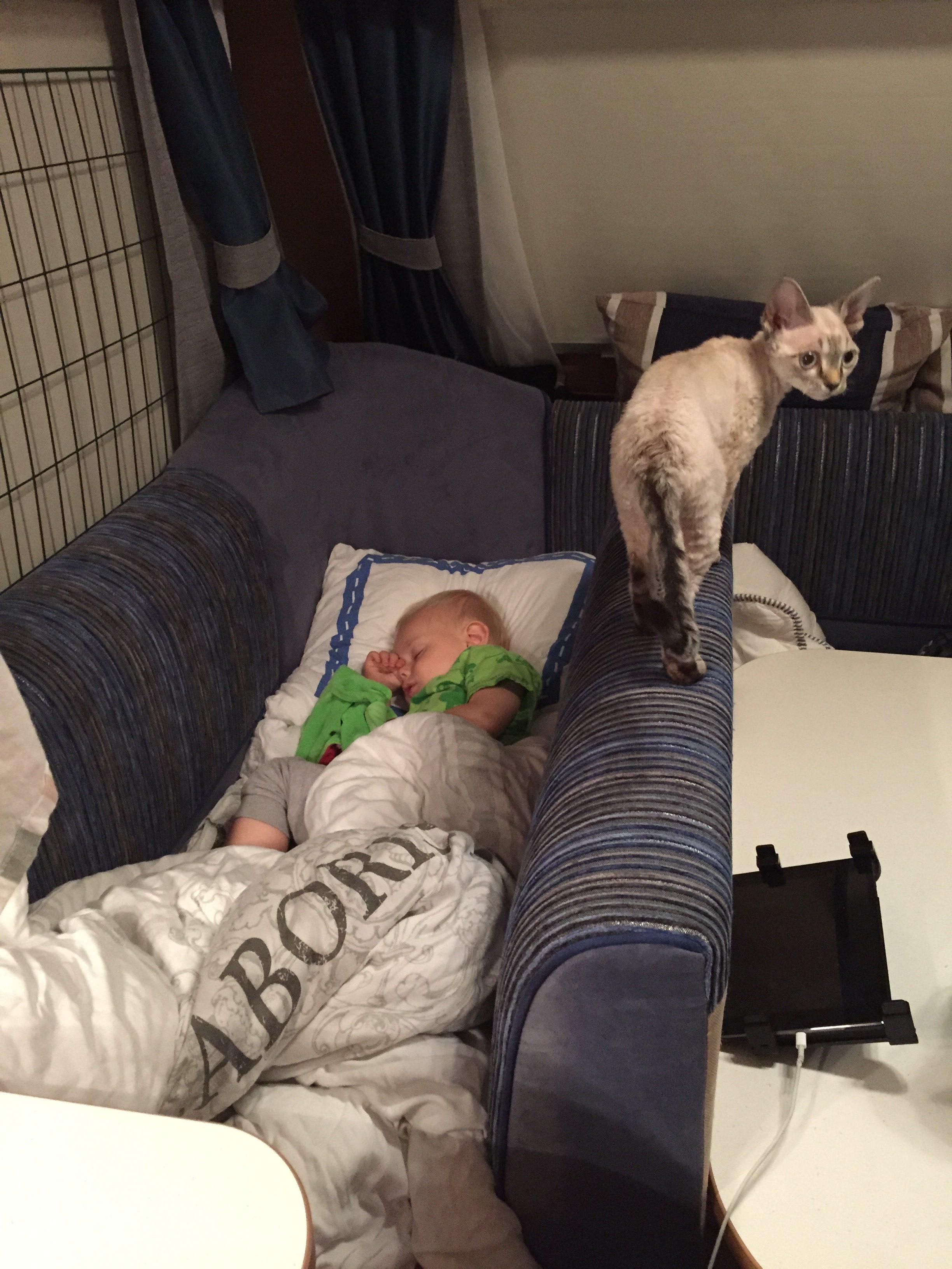 När de större barnen sov under vår säng fick Kevin sova i soffan så att vi slapp bädda upp. Såhär kan man också lösa det om barnet behöver spjälsäng.