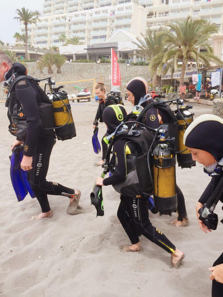 Det är tungt att bära all dykutrustning.