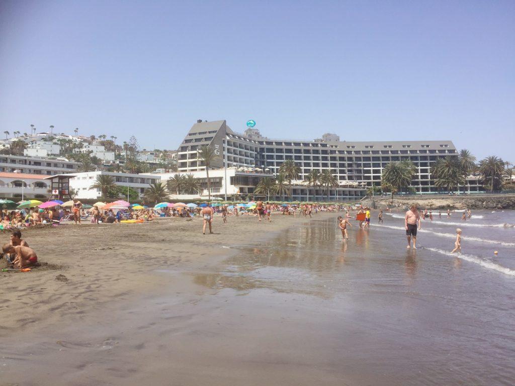 Playa Del Las Burras. Till vänster om hotellet, på höjden i de grön/vita husen bor vi.