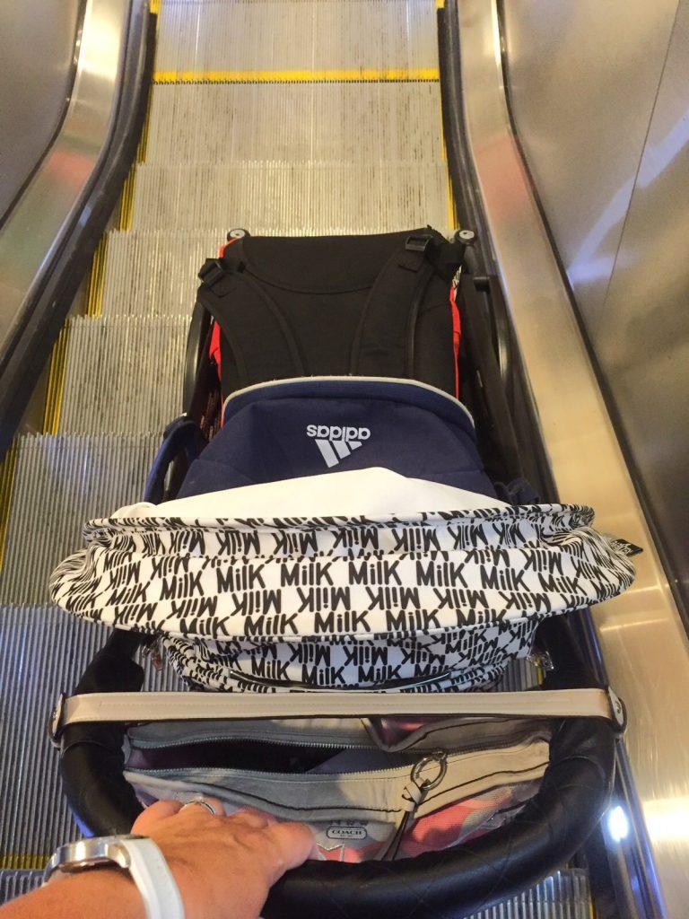 Yoyo i rulltrappa på flygplatsen precis efter landning.