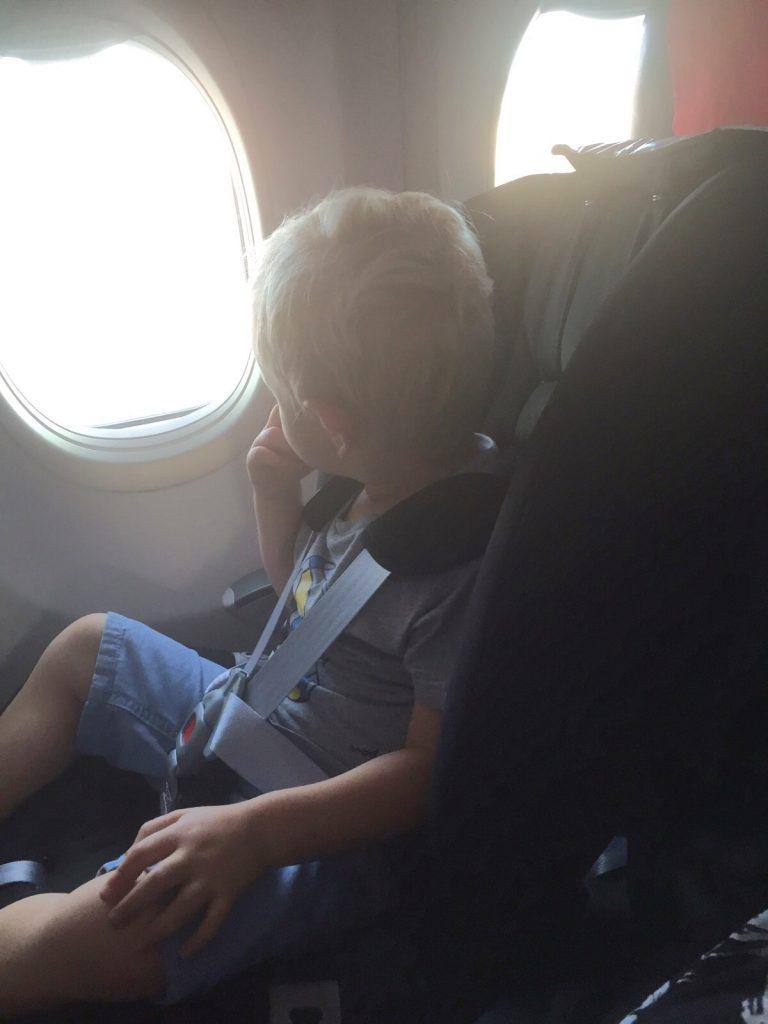 Kevin i bilbarnstol på flygplanet