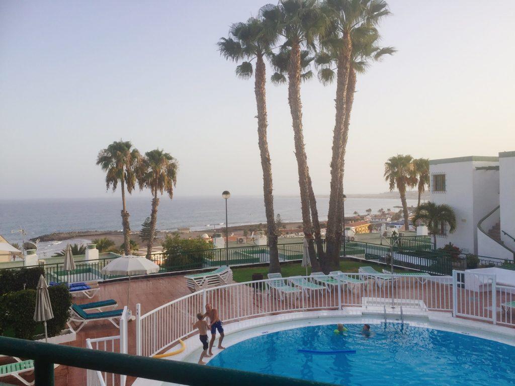 Vår utsikt över pool och hav.