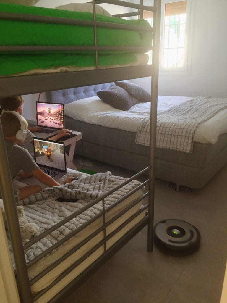 Ibland spelas det både i sovrummet. OBS Lägg märke till Robo, vår robotdammsugare.
