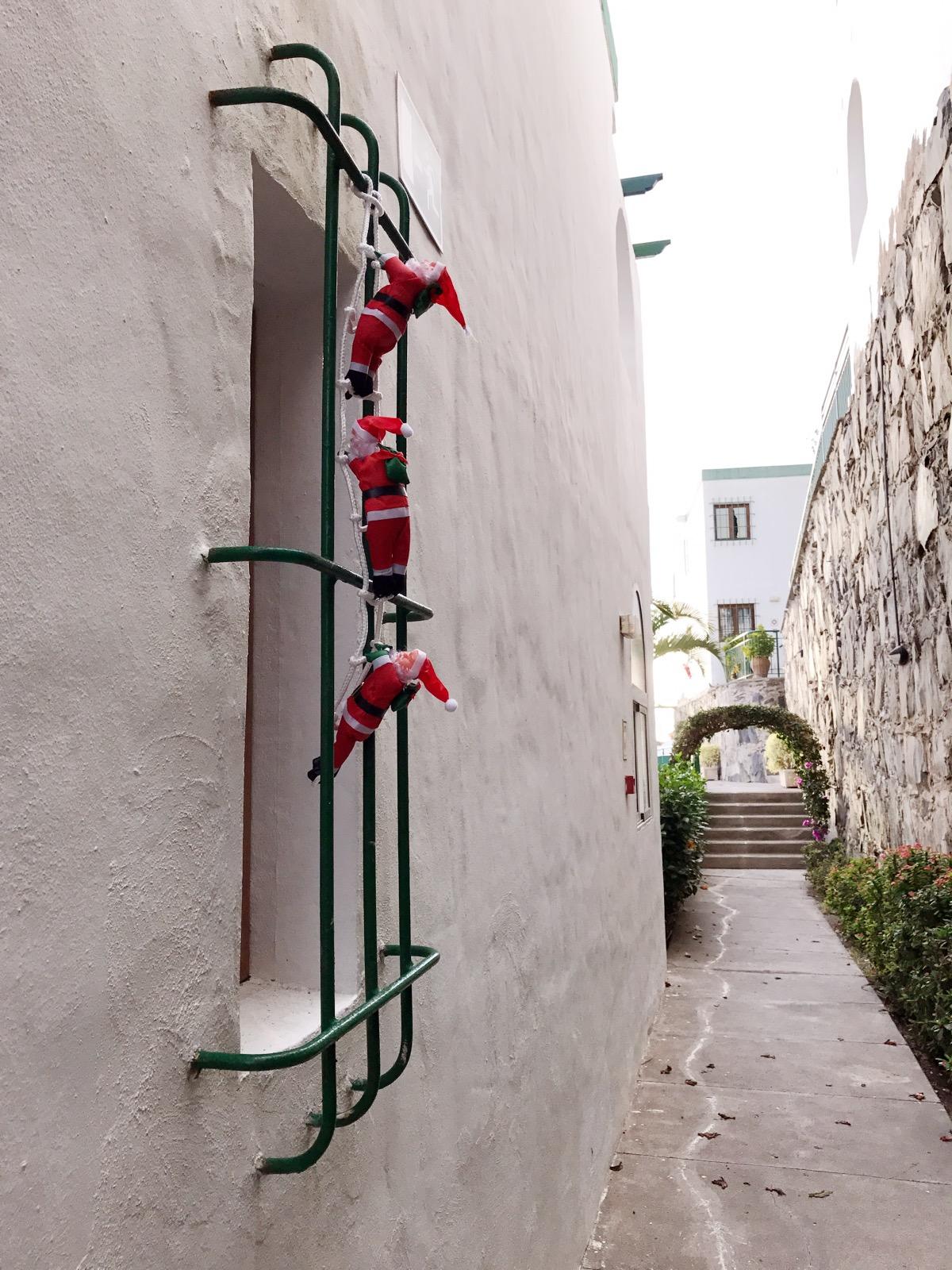 Tomtenissarna klättrar uppför vårt toafönster.
